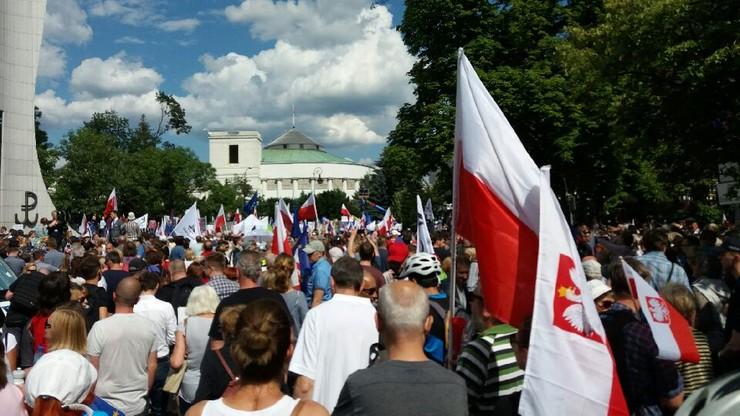 Protest przed Sejmem w obronie wymiaru sprawiedliwości