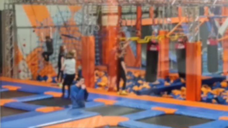 """Ponad 400 osób w """"zamkniętym"""" parku trampolin. Interweniowała policja"""