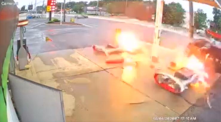 Rozpędzony samochód wjechał w stację paliw. Wybuchł pożar [WIDEO]