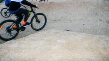 Nie żyje 14-letni rowerzysta, który upadł po skoku na sztucznie uformowanym pagórku