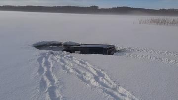 Wjechał samochodem terenowym na zamarznięte jezioro. Lód nie wytrzymał