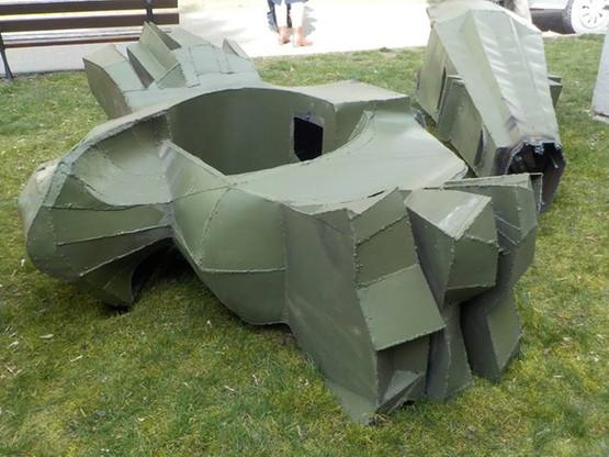Przewrócona rzeźba na warszawskim Mokotowie