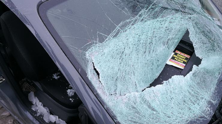 Bryła lodu oderwała się z naczepy tira. Wpadła do wnętrza auta osobowego i raniła dwie osoby